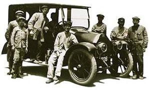 Mitsubishi Model A и собравшие его рабочие