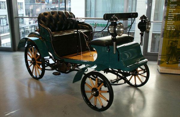"""Pirmasis """"Opel"""" surinktas automobilis Riuselheime 1899"""